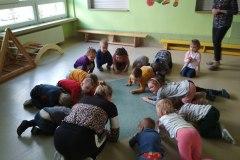 1-Dzieci-w-kole-skulone-na-kolankach-nasladuja-gesty-prowadzacej