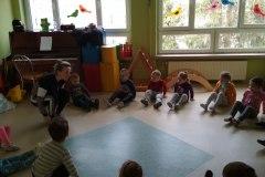 5-Dzieci-siedza-na-podlode-w-kole-z-uniesionymi-w-gore-nogami