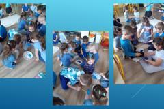 3-Dzieci-siedzac-na-podlodze-maluja-kolegom-dlon-niebieska-farba