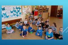 Zdjecie-grupowe-dzieci-III-grupy-na-tle-wykonanej-pracy