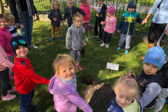 przedszkolaki-wlaczaja-sie-do-akcji-sadzenia-drzew