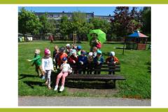 16-dzieci-z-grupy-II-zgromadzone-przy-nauczycielce-w-przebraniu-zaby