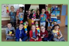 Grupa-dzieci-prezentujaca-wykonane-prace