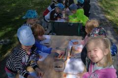 1-Dzieci-uczestnicza-w-zajeciach-plastycznych-na-powietrzu