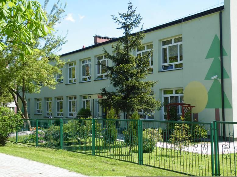 budynek przedszkola widziany od wejścia głównego